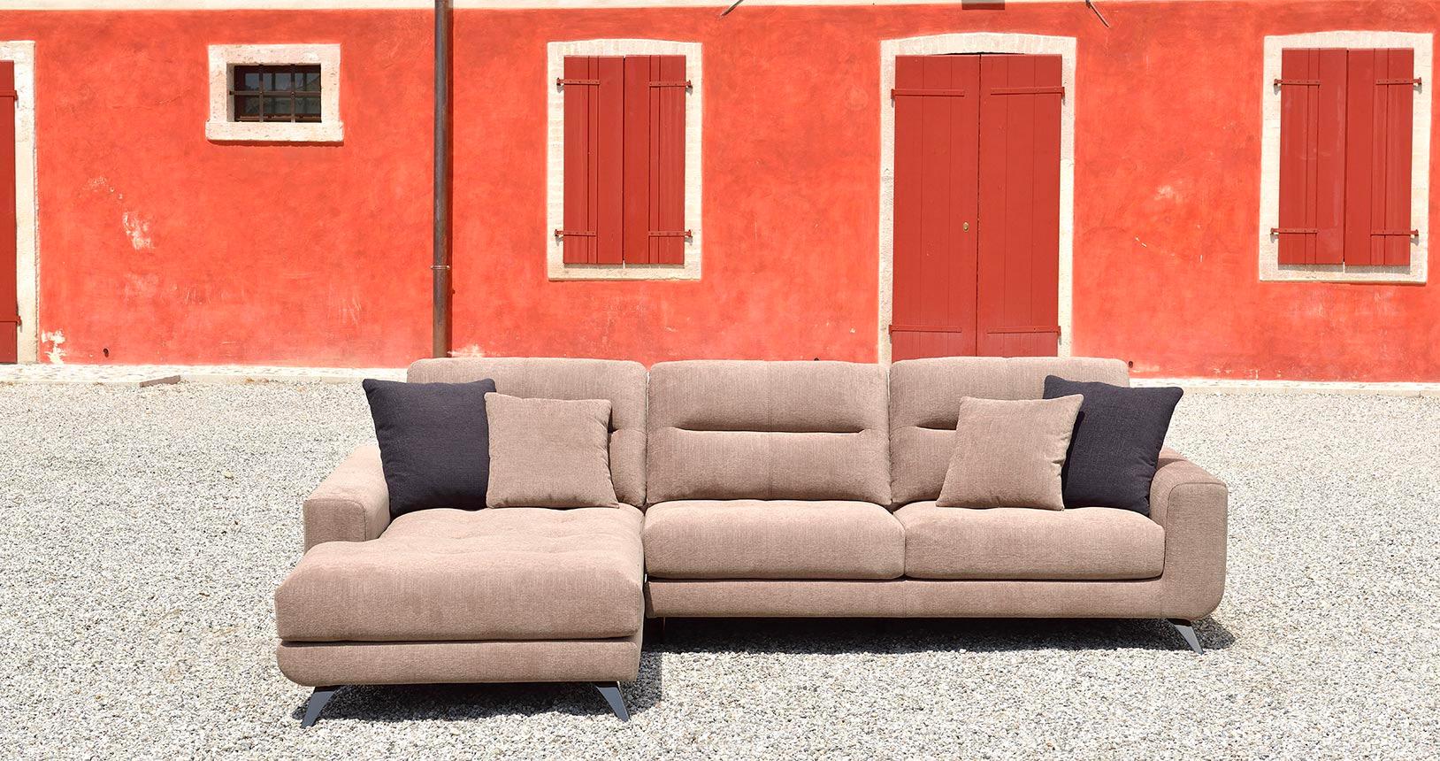 isabella-divano-fronte-cuscini-marroni