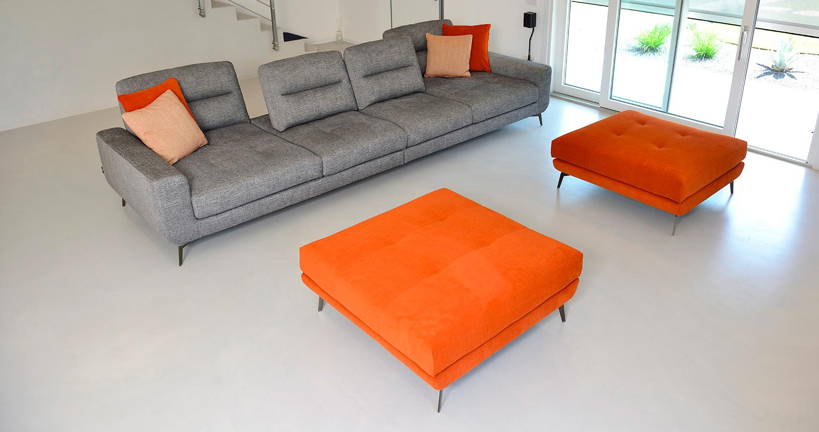 isabella-divano-grigio-pouf-arancio