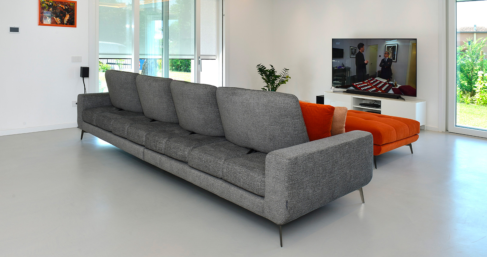 isabella-divano-grigio-retro2-pouf-arancio